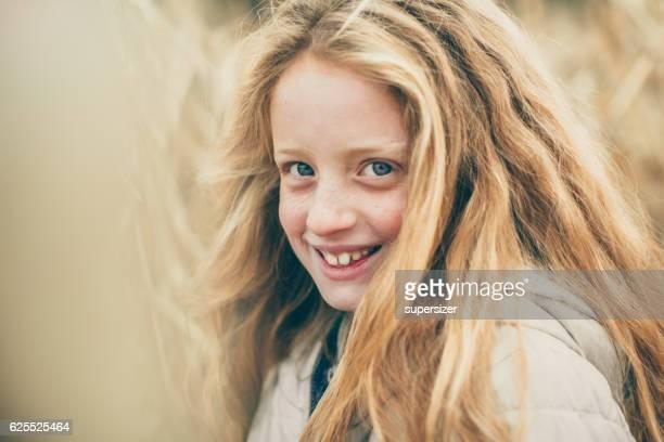 beautiful girl in the corn field - personas cabeza grande fotografías e imágenes de stock