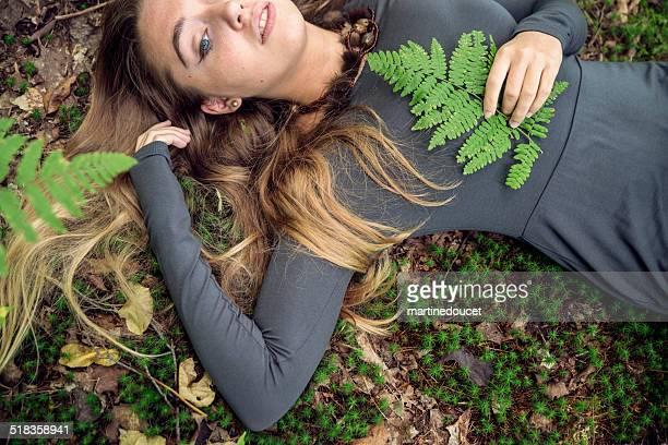 """linda garota deitada no chão no outono, a natureza. - """"martine doucet"""" or martinedoucet - fotografias e filmes do acervo"""