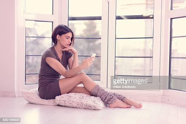 美しい少女メッセージの窓 - レッグウォーマー ストックフォトと画像
