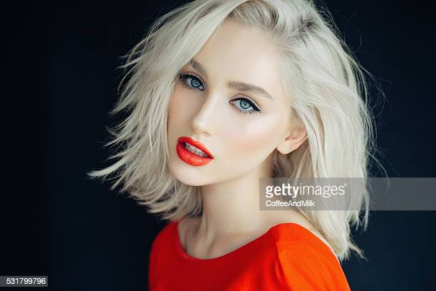 Belle fille sur un fond rouge vif