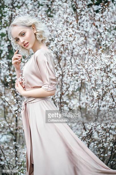 Belle fille sur fond de printemps-bush