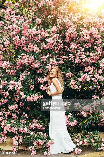 Bella ragazza su sfondo di primavera Bush