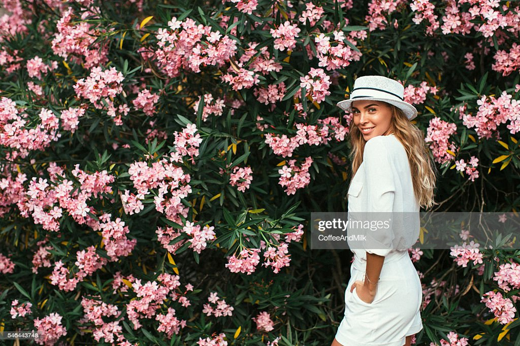 Schöne Mädchen auf dem Hintergrund der Frühling Busch : Stock-Foto