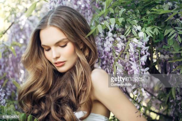 beautiful girl on the background of spring bush - cabelo humano imagens e fotografias de stock