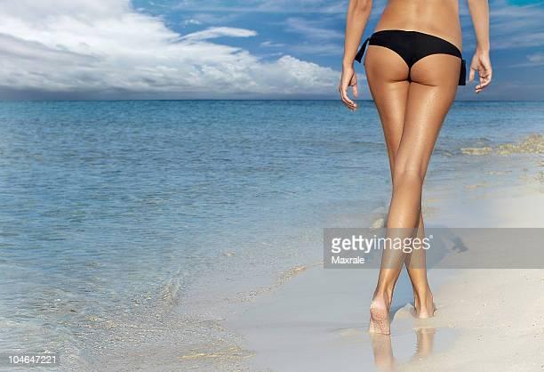 schöne mädchen am strand - knackiger po stock-fotos und bilder