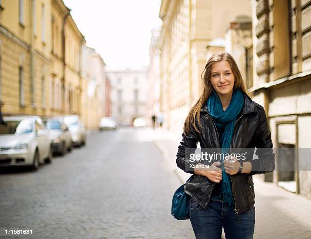 belle fille dans la rue - femme russe photos et images de collection