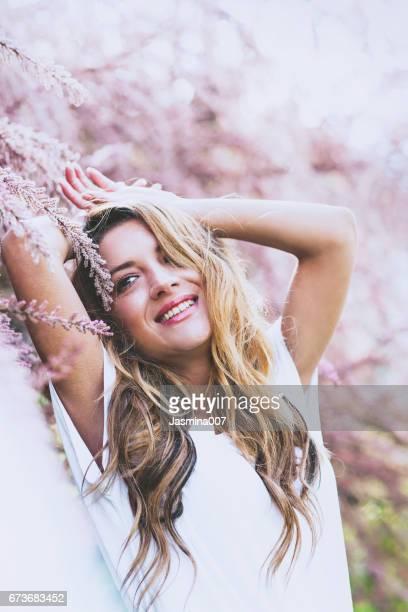 Vacker flicka stående på våren