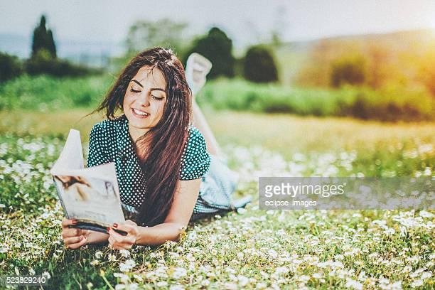 Schönes Mädchen liest ein Buch