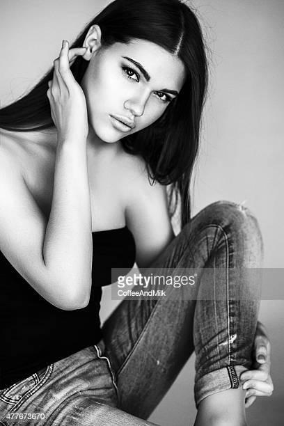 Hermosa Chica sentada en el piso de la habitación tipo estudio