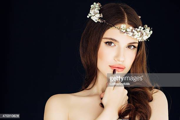 Schönes Mädchen mit Blumen Kranz