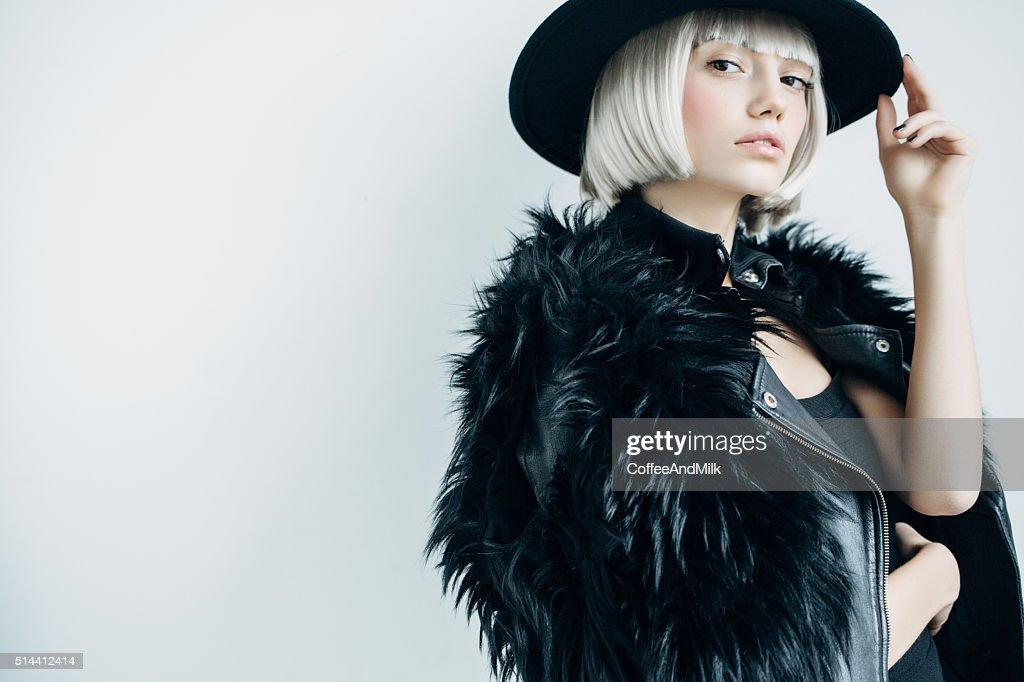 Hermosa Chica con sombrero de uso : Foto de stock