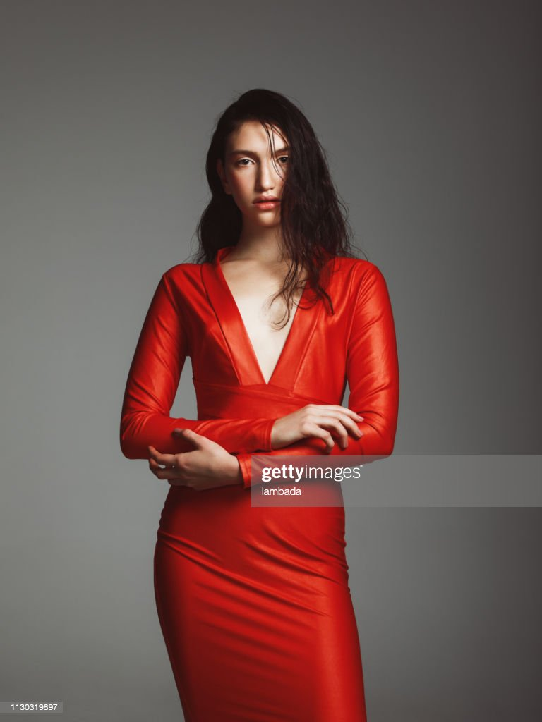 Belle Jeune Fille Vetue Dune Robe Rouge Photo Getty Images