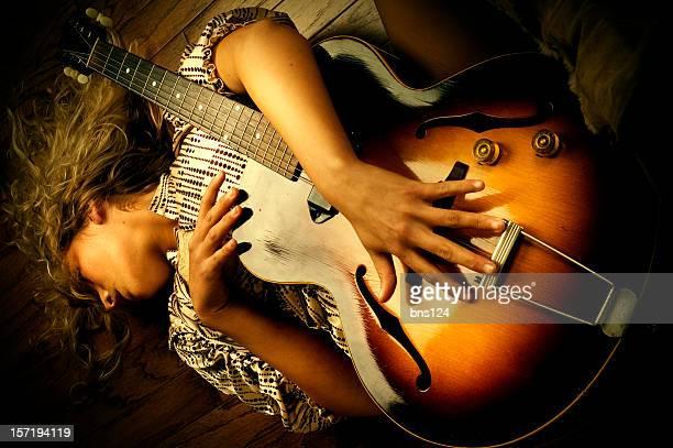 Hermosa Chica con una guitarra