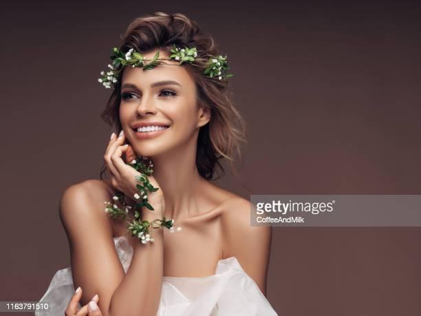 mooi meisje met een krans van bloemen - kroon hoofddeksel stockfoto's en -beelden