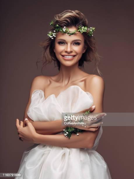 menina bonita com uma grinalda das flores - coroa enfeite para cabeça - fotografias e filmes do acervo