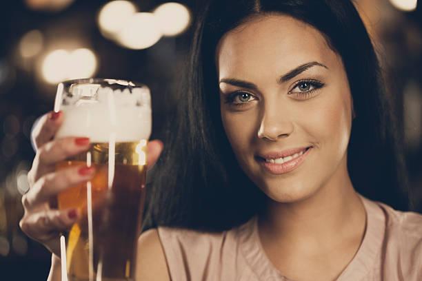 Belle fille avec de la bière