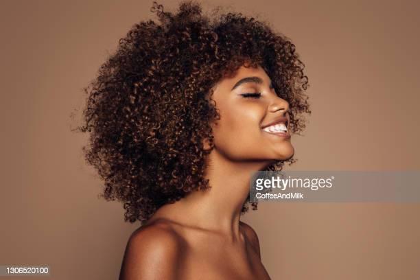 belle fille avec la coiffure bouclée - glamour photos et images de collection