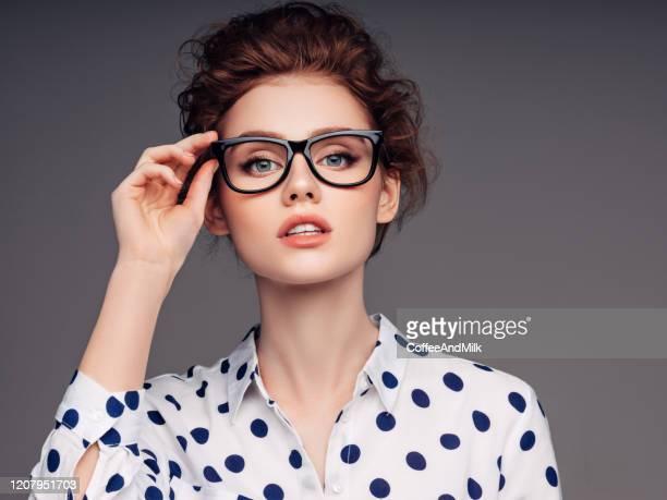bella ragazza con occhiali - occhiali da vista foto e immagini stock