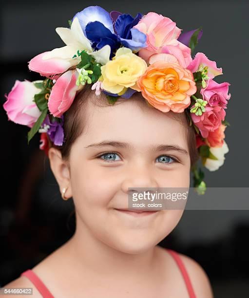 linda menina com uma coroa de flores - coroa enfeite para cabeça - fotografias e filmes do acervo
