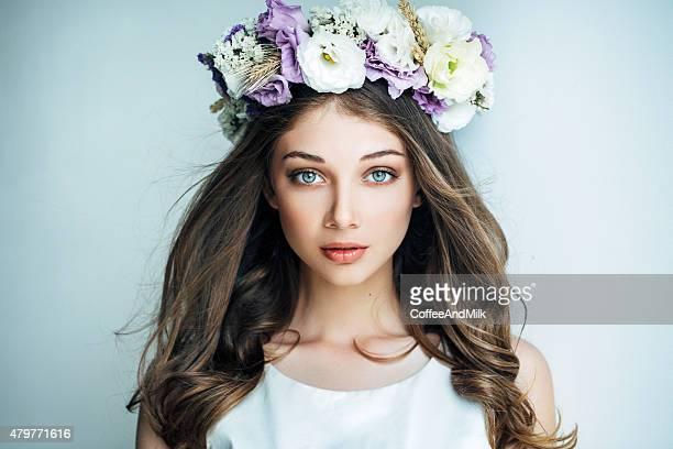 美しい少女と花のリース