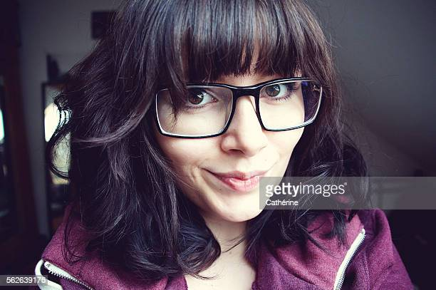 beautiful girl with huge hipster glasses - thick rimmed spectacles - fotografias e filmes do acervo