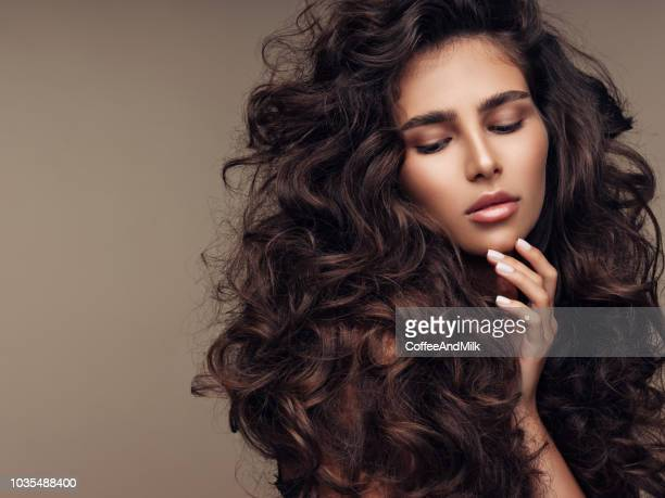 beautiful girl with lush curly hairstyle - marrone foto e immagini stock