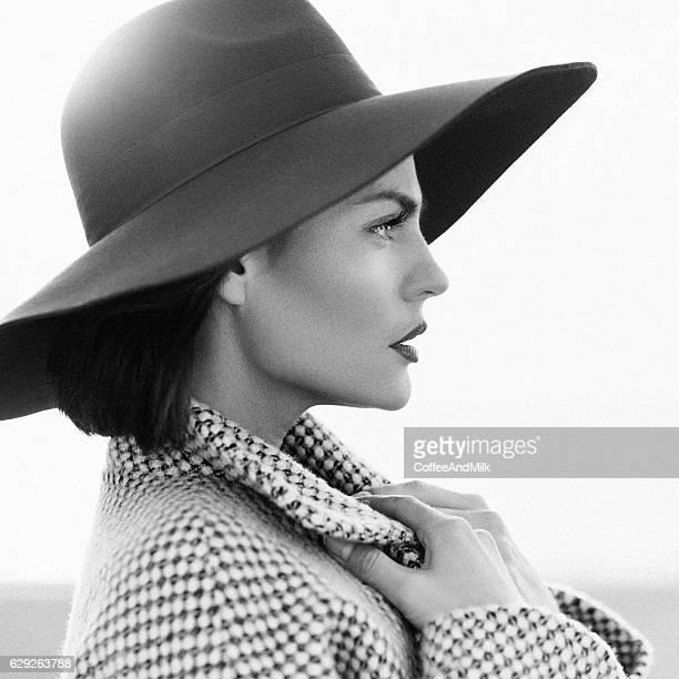 belle fille avec maquillage, paré de old-fashioned manteau et bonnet - femme au chapeau photos et images de collection