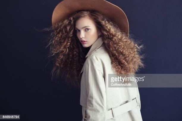 Mooi meisje met make-up dragen jas en hoed