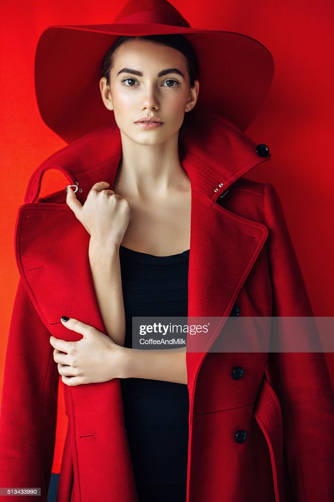 Hermosa Chica con maquillaje de color rojo y sombrero recubrimiento resistente : Foto de stock