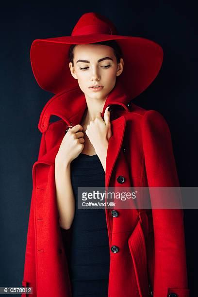 Belle fille avec maquillage en manteau et Chapeau rouge