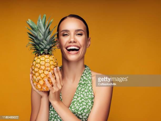 belle fille avec l'ananas - fruit exotique photos et images de collection