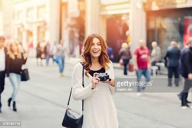 Schönes Mädchen mit Retro-Kamera in Istanbul