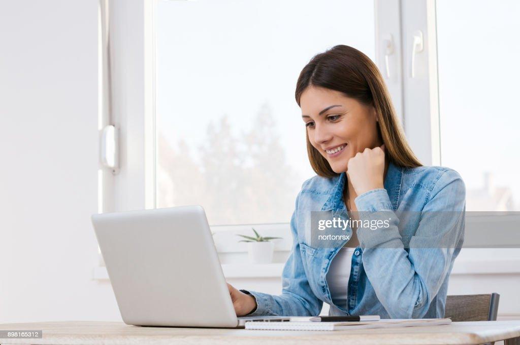 Schönes Mädchen aus ihrem home-Office arbeiten. : Stock-Foto