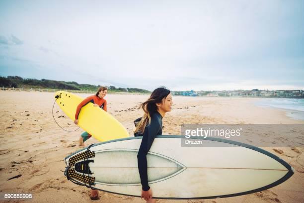 Belles femmes graveleuses aller surfer en Australie