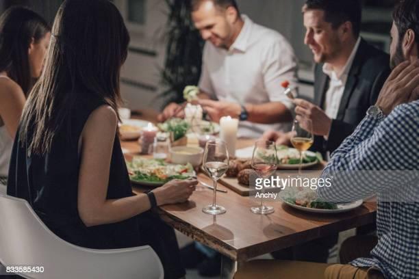 mooie groep vrienden eten diner samen. - vier personen stockfoto's en -beelden