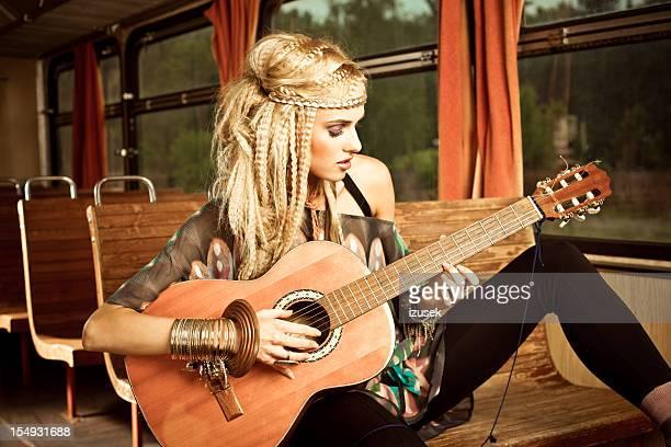 Schöne Gitarrist im vintage-Zug