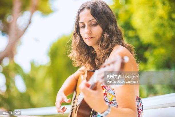 beautiful guitarrist - アコースティック音楽 ストックフォトと画像