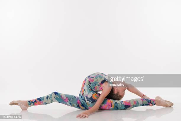 tous les adolescente belle gymnaste athlète faisant le grand écart - gymnastique au sol photos et images de collection