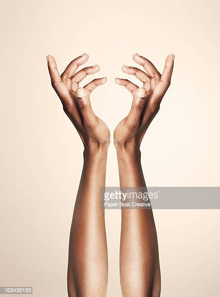 beautiful hands forming an elegant floral shape - belle femme noire photos et images de collection