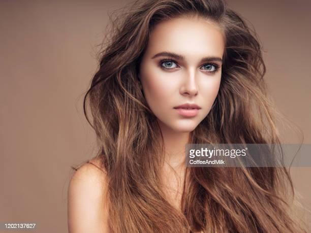 bella donna felice - capelli lunghi foto e immagini stock