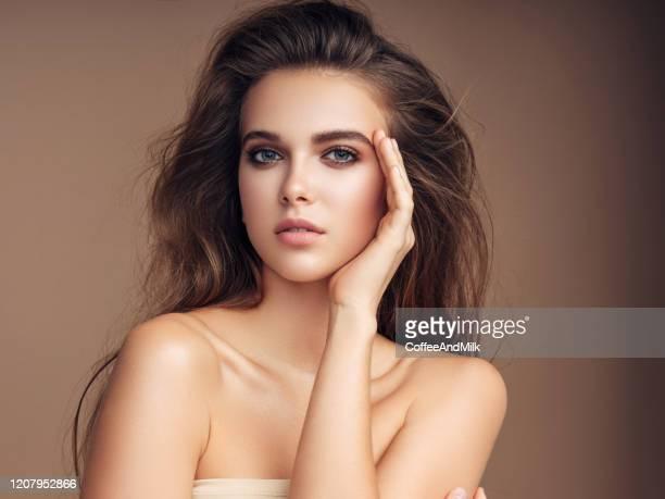 美しい幸せな女性 - 眉 ストックフォトと画像