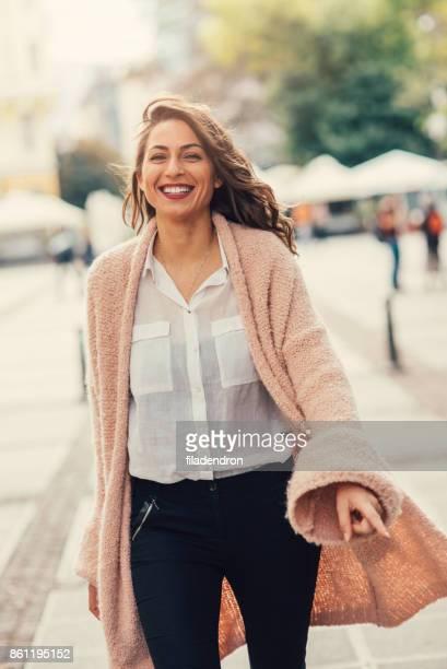 schöne glückliche frau - strickjacke stock-fotos und bilder