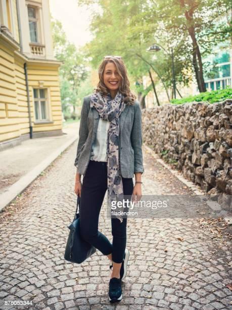 belle femme heureuse - seulement des adultes photos et images de collection