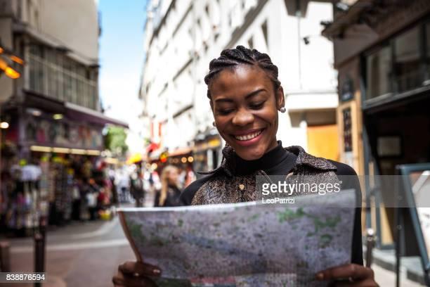 Belle femme heureuse, marchant dans les rues de la ville Paris