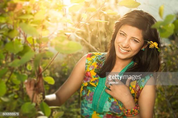 Schöne und glückliche junge Frau im Sonnenschein Natur.
