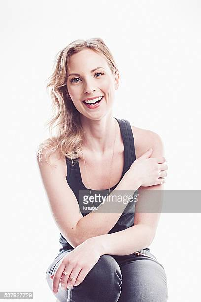 Schöne glückliche junge Frau Lachen