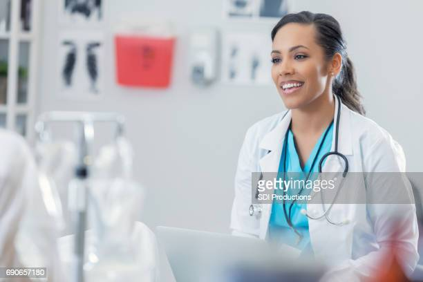 beautiful healthcare professional talks with patient - emergency medicine stock pictures, royalty-free photos & images
