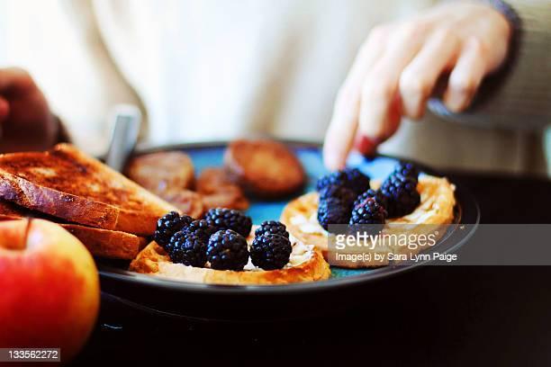 beautiful healthy breakfast - sara mora fotografías e imágenes de stock