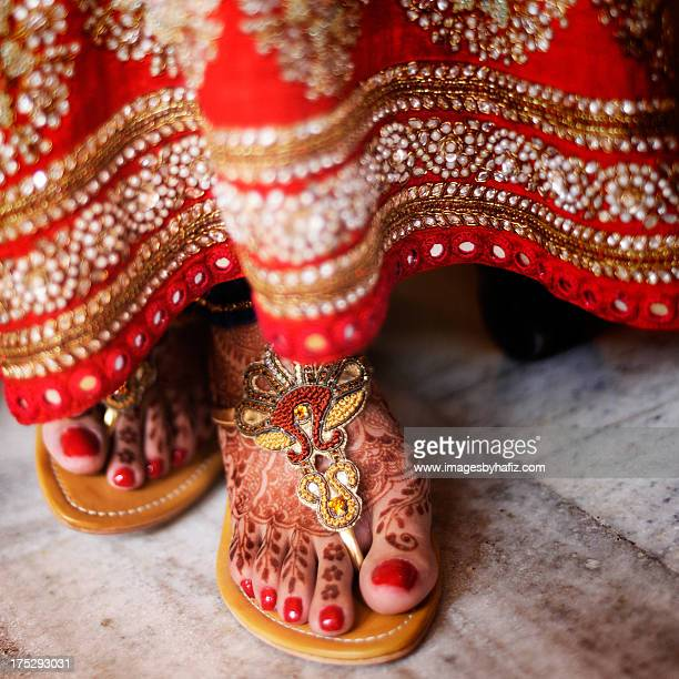 beautiful henna on punjabi bride's feet - indian female feet stock pictures, royalty-free photos & images