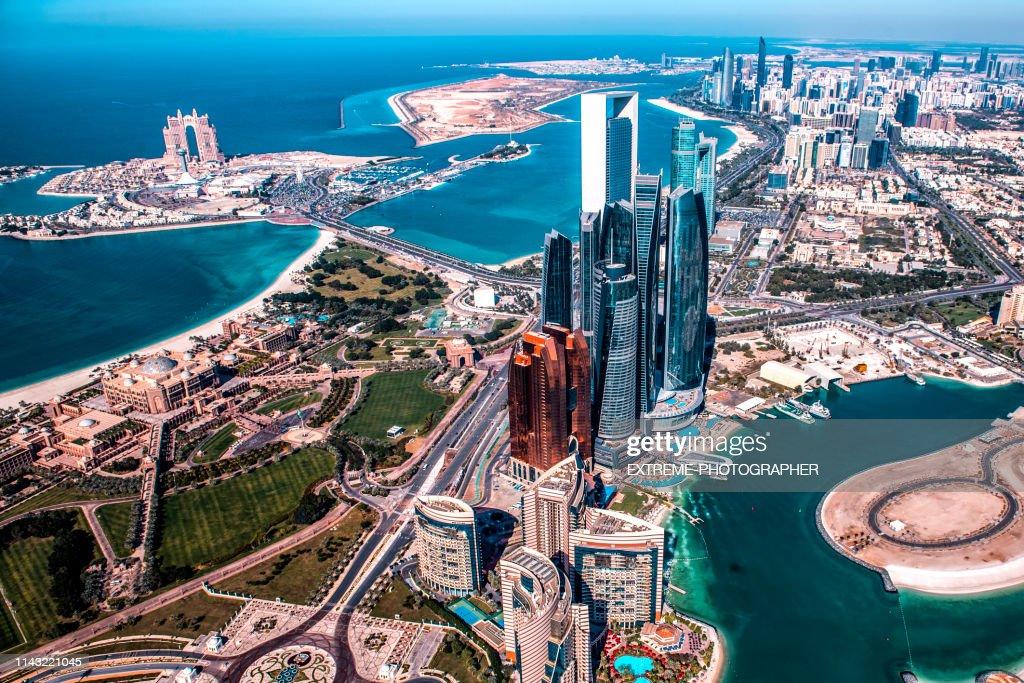 Opinião de ângulo elevado bonita de arranha-céus modernos em Abu Dhabi, tomado de um helicóptero. Marina também é visível mais para trás : Foto de stock